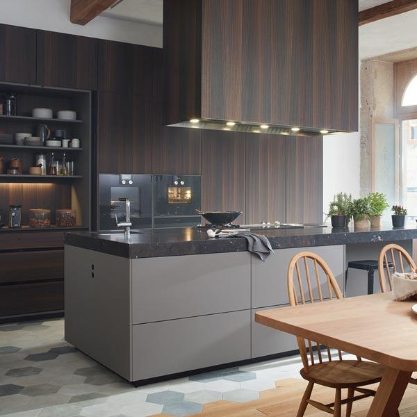 Cocina con Isla, columnas hasta el techo, aparador y comedor. Acceso