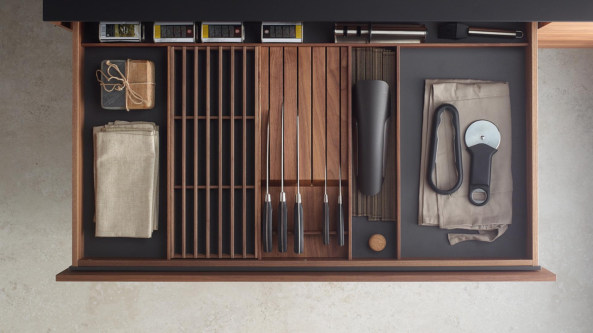 Cajón interior con cuerpo en madera de nogal. Santiago Interiores