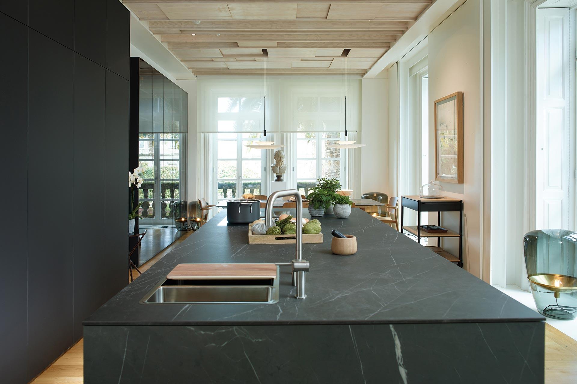 Cocina Abierta al Salón y al Comedor con Isla. Mueble Escamoteable
