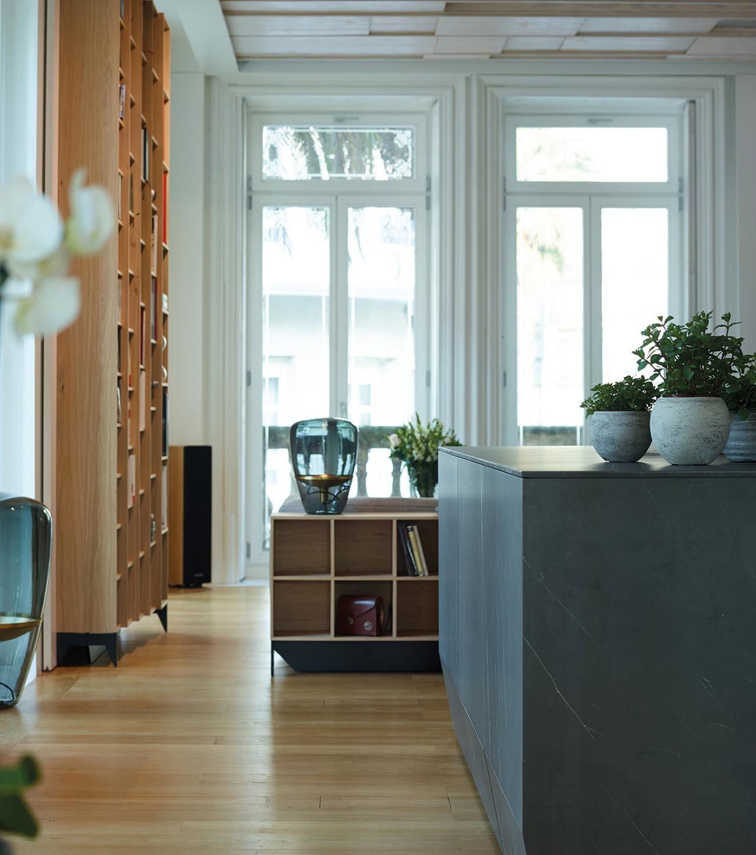 Cocina con isla, abierta al comedor y al salón con muebles hasta el techo