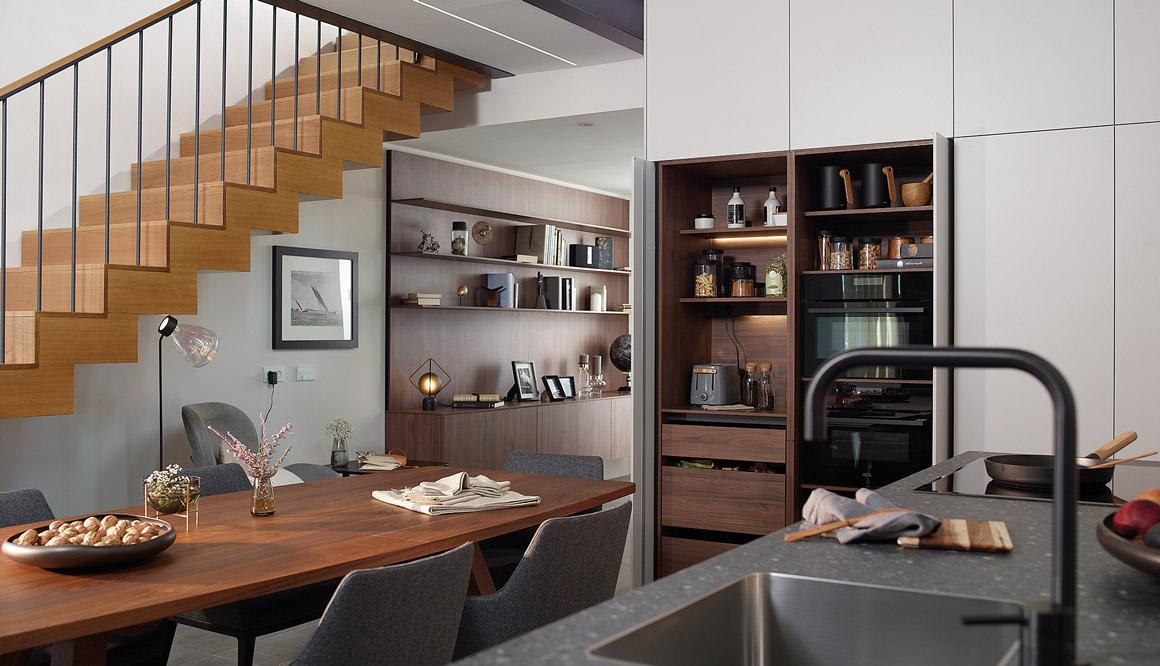 Cocina con isla don detalle mesa y escalera Santiago Interiores
