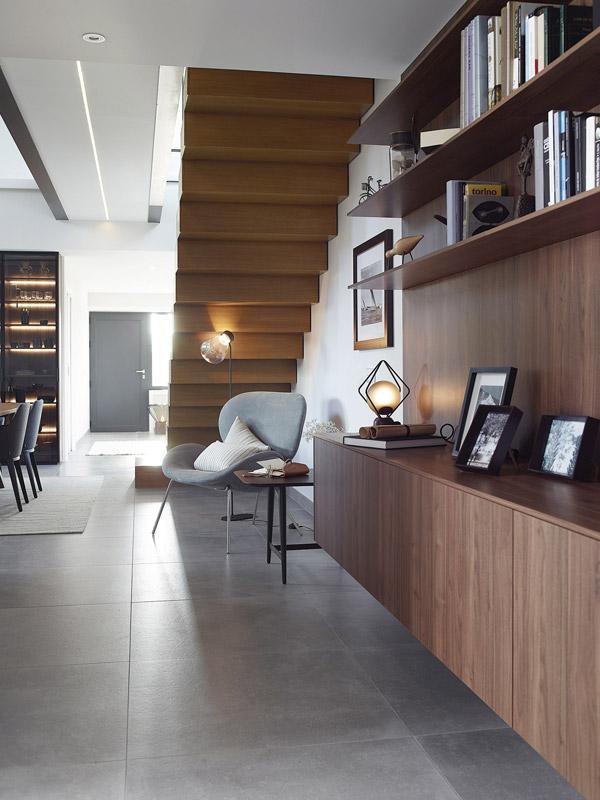 Cocina con isla detalle escalera. Santiago Interiores