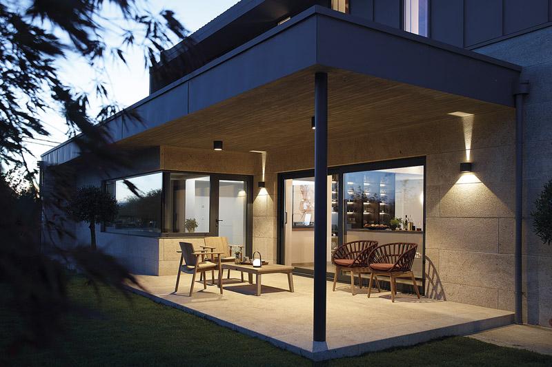 Cocina con isla, mesa y vitrina exterior. Santiago Interiores