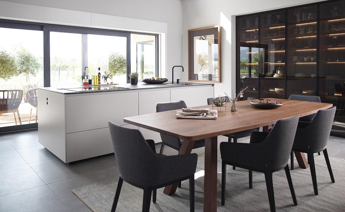 Cocina con isla, mesa y vitrina Santiago Interiores