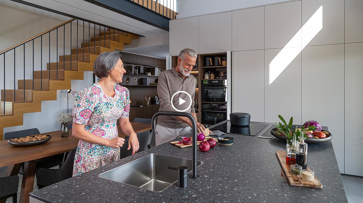 cocina con isla mesa y vitrina santiago interiores