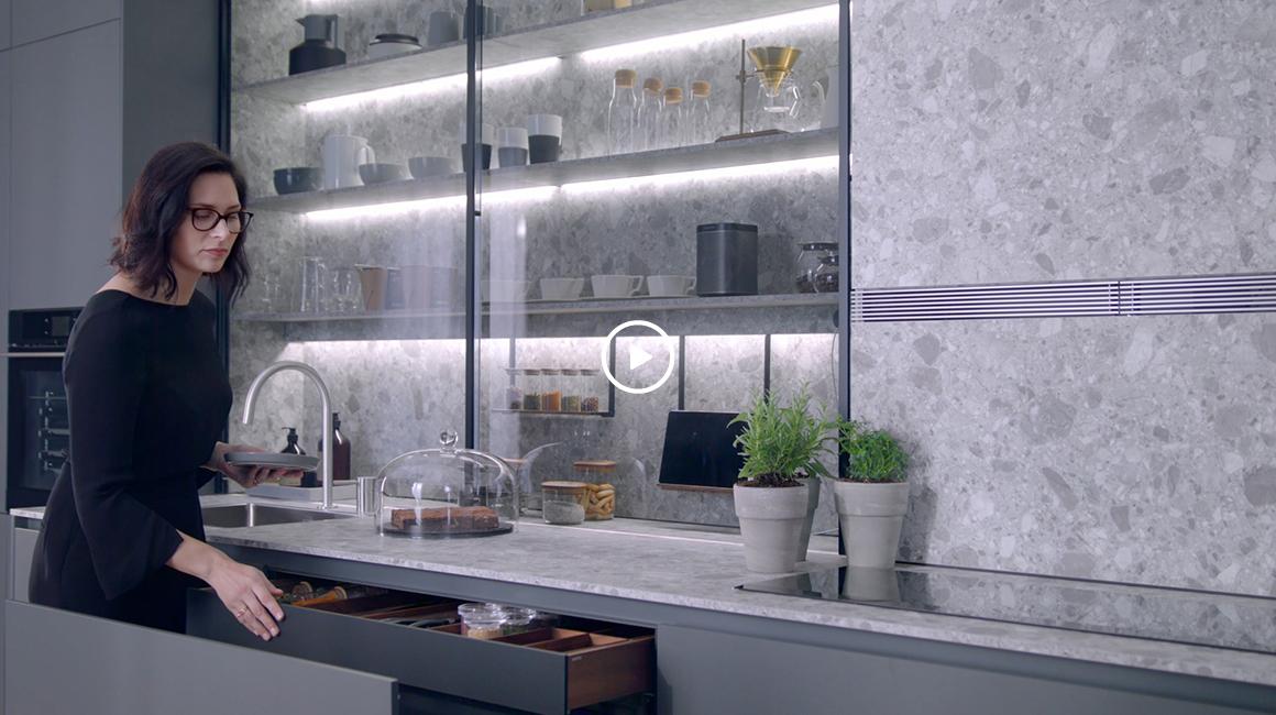 cocina lineal con vitrina santiago interiores
