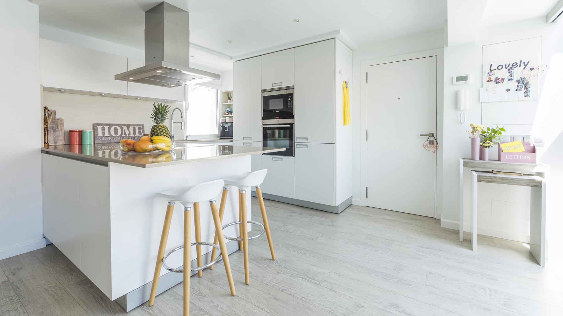 Reforma Santiago Interiores - Cocina blanca abierta Santos - Entrada