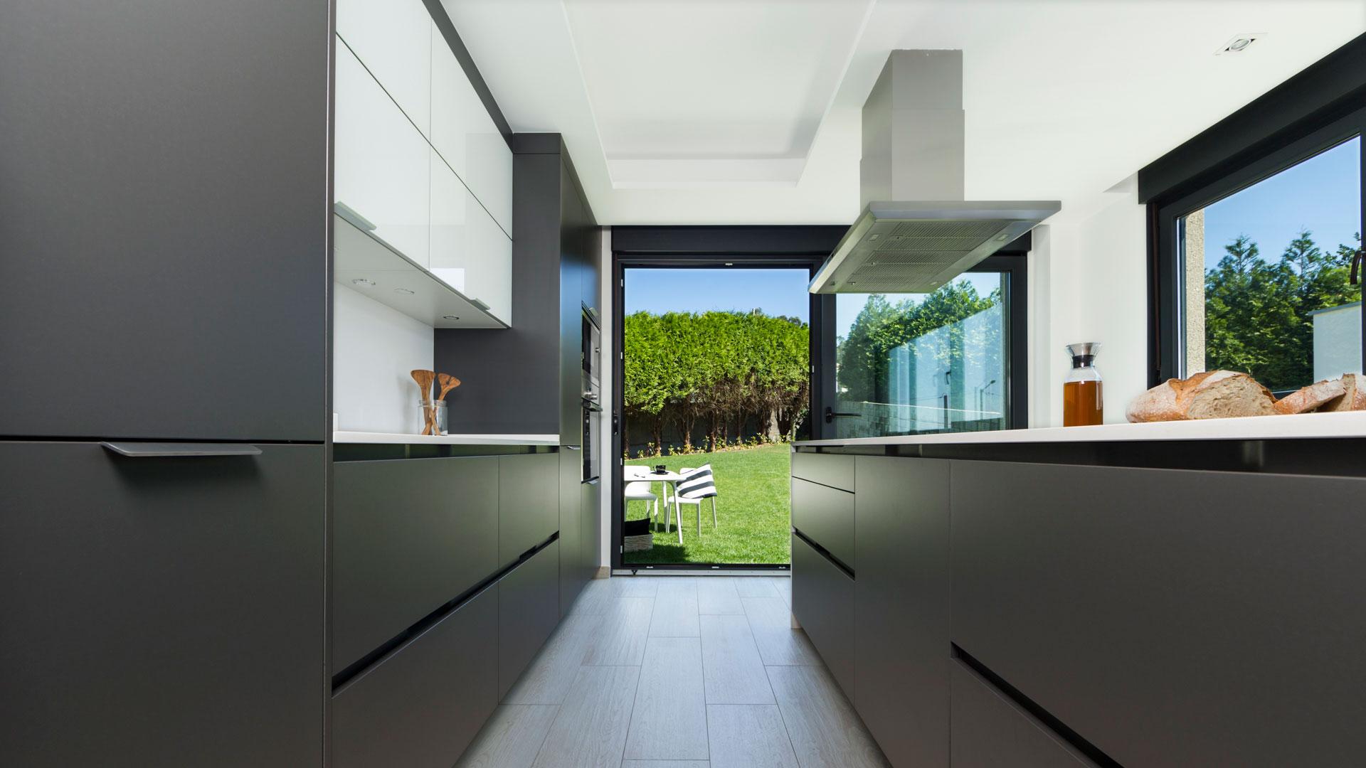Cocinas grises con Isla y jardín