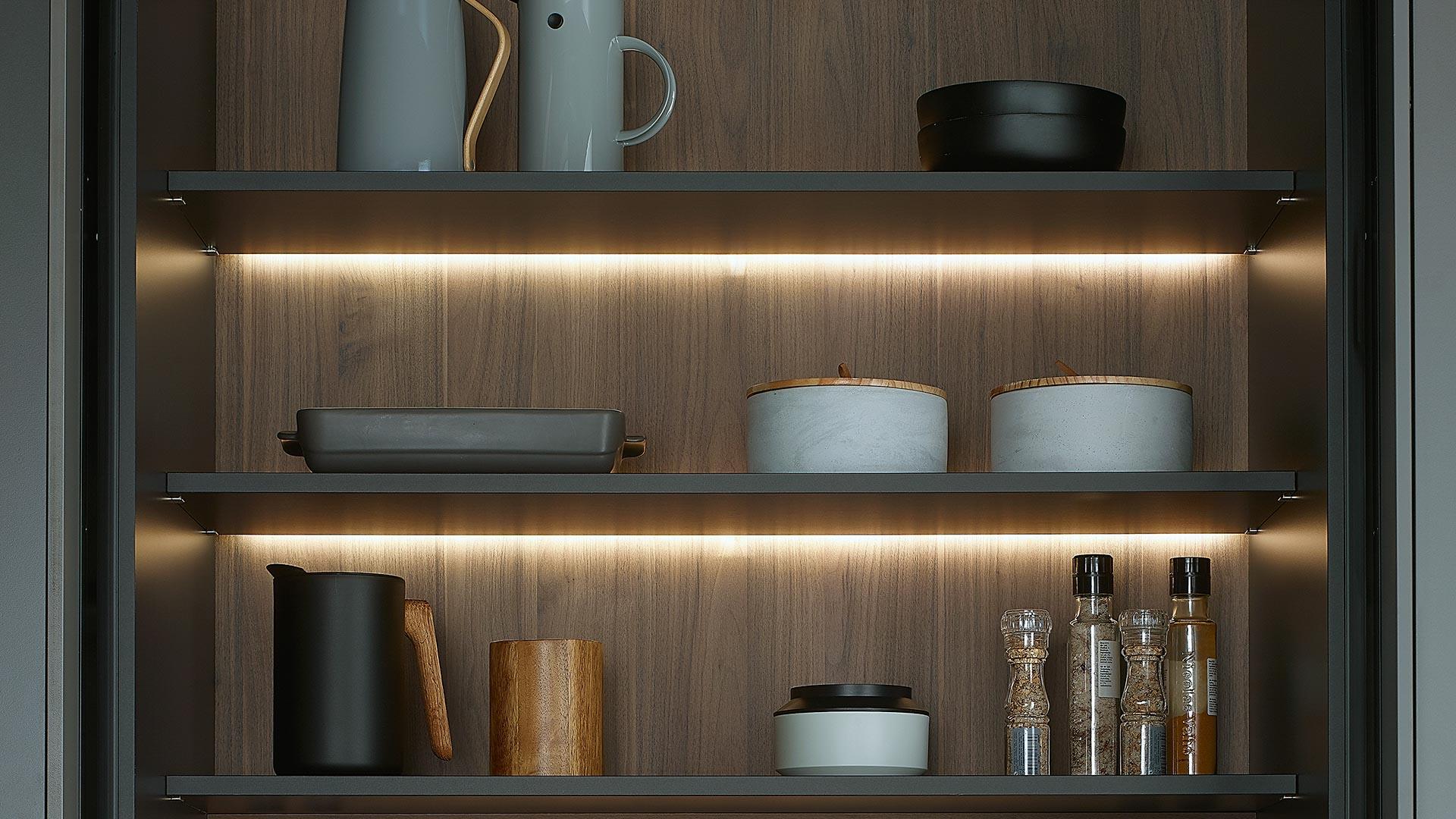 Estantes con sistema de iluminación interior. Accesorios Santiago Interiores