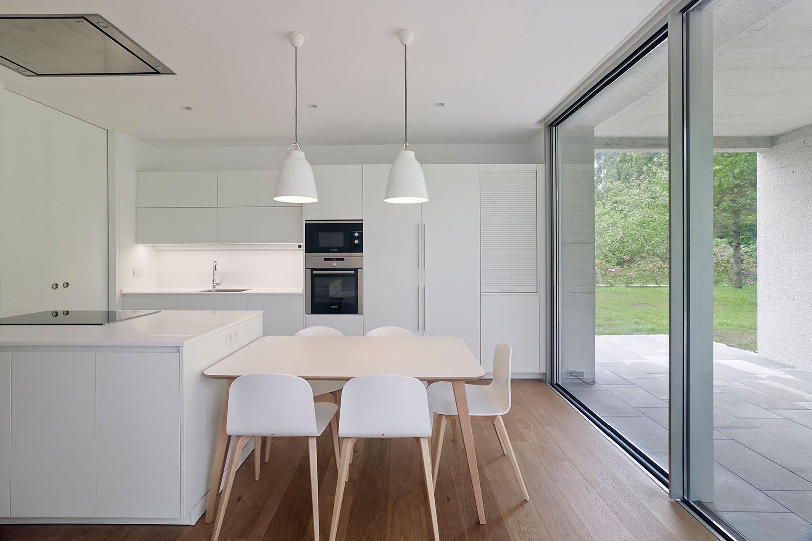 Cocina minimalista abierta en blanco