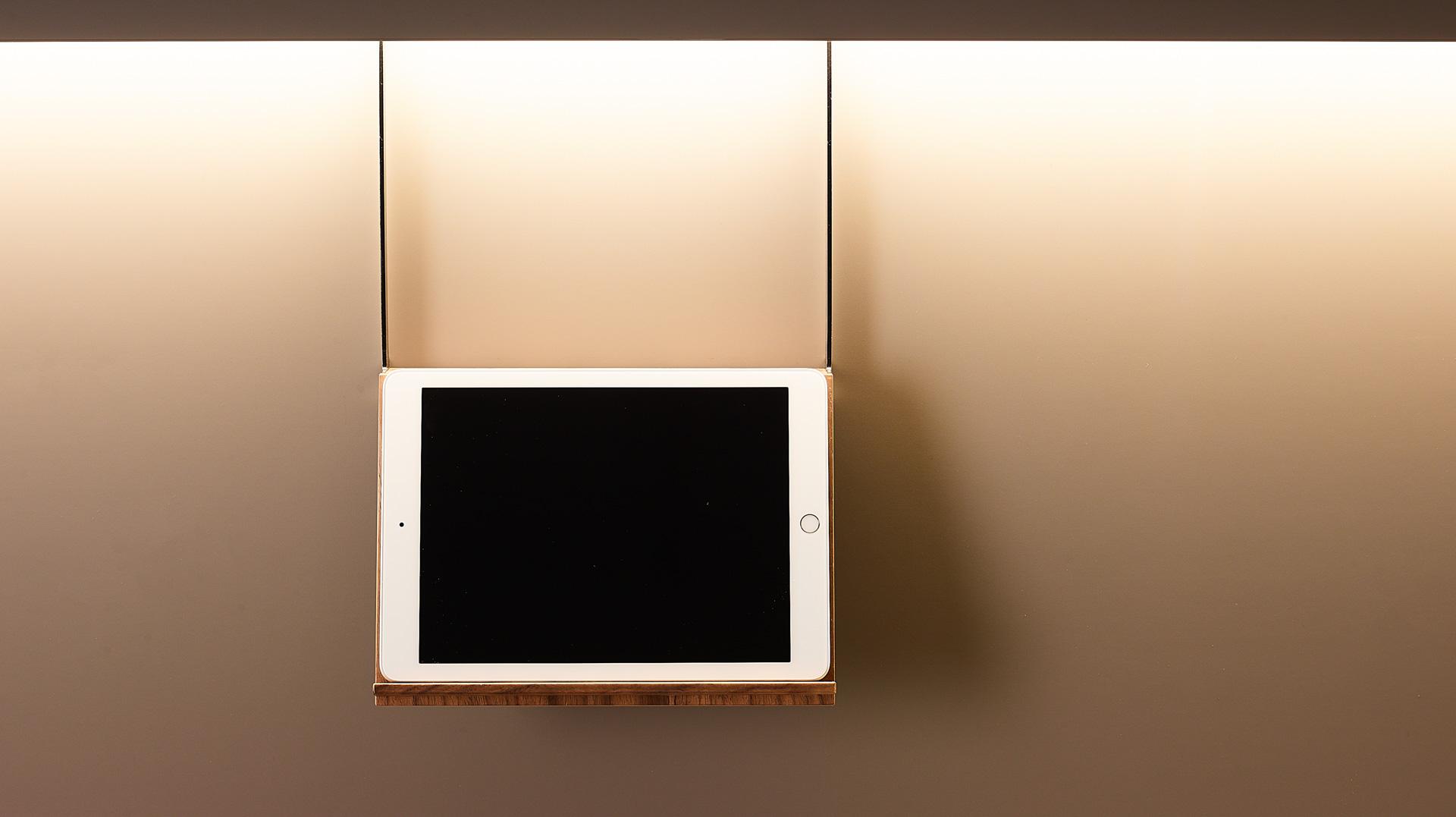 Soporte para tablet o libro en madera de nogal. Accesorios Santiago Interiores