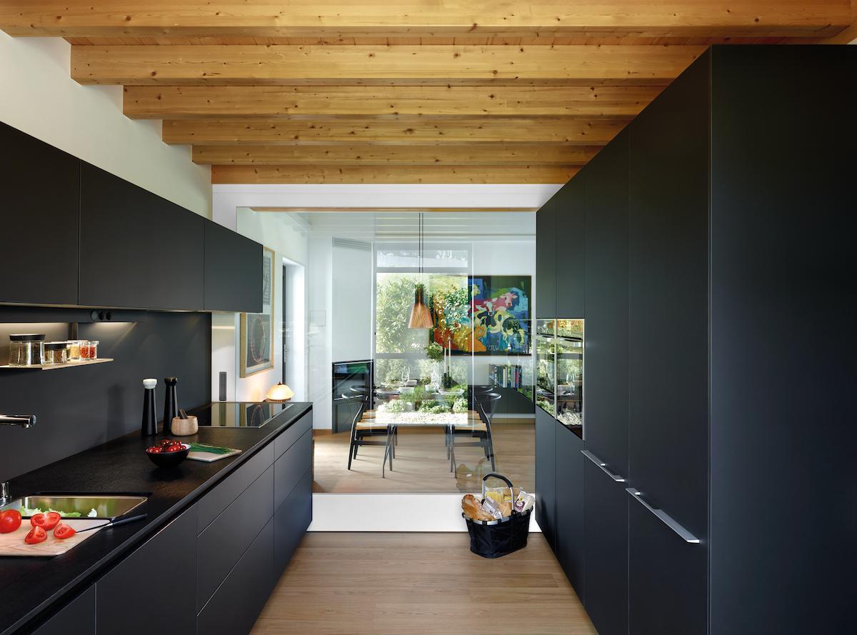 Cocina negra pequeña en paralelo Santiago Interiores