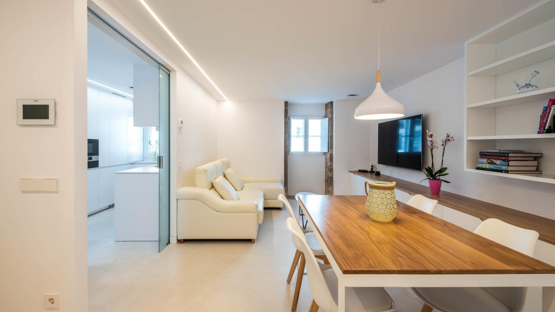 Cocina pequeña en paralelo blanca Santiago Interiores