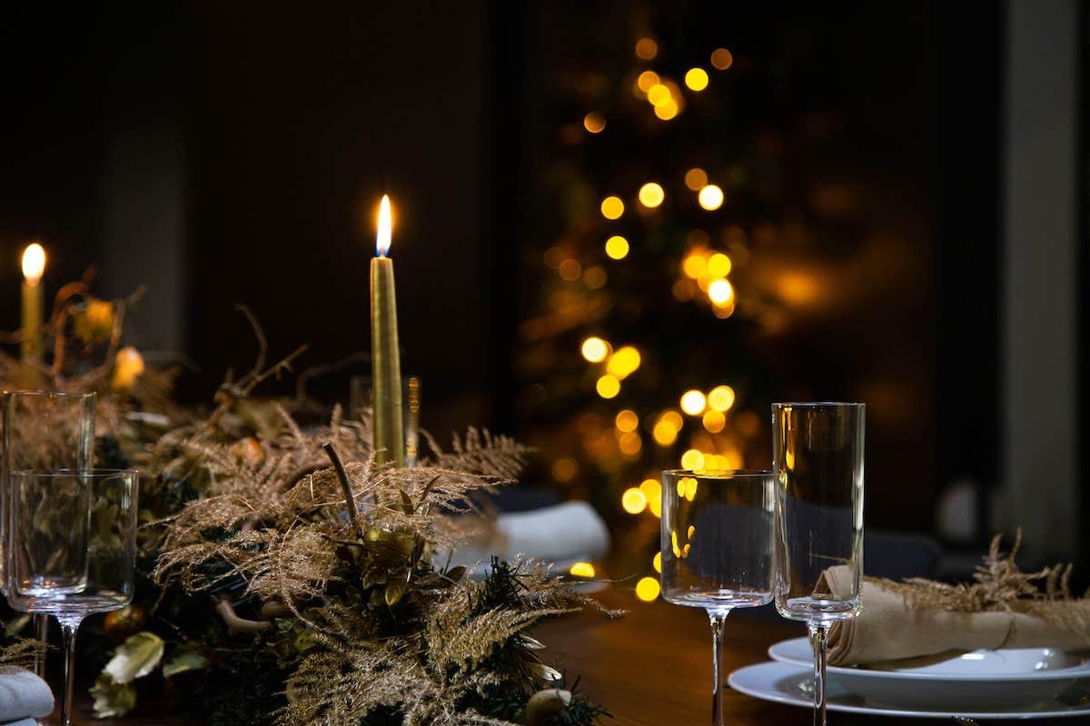 Piñas y velas en mesa de Navidad