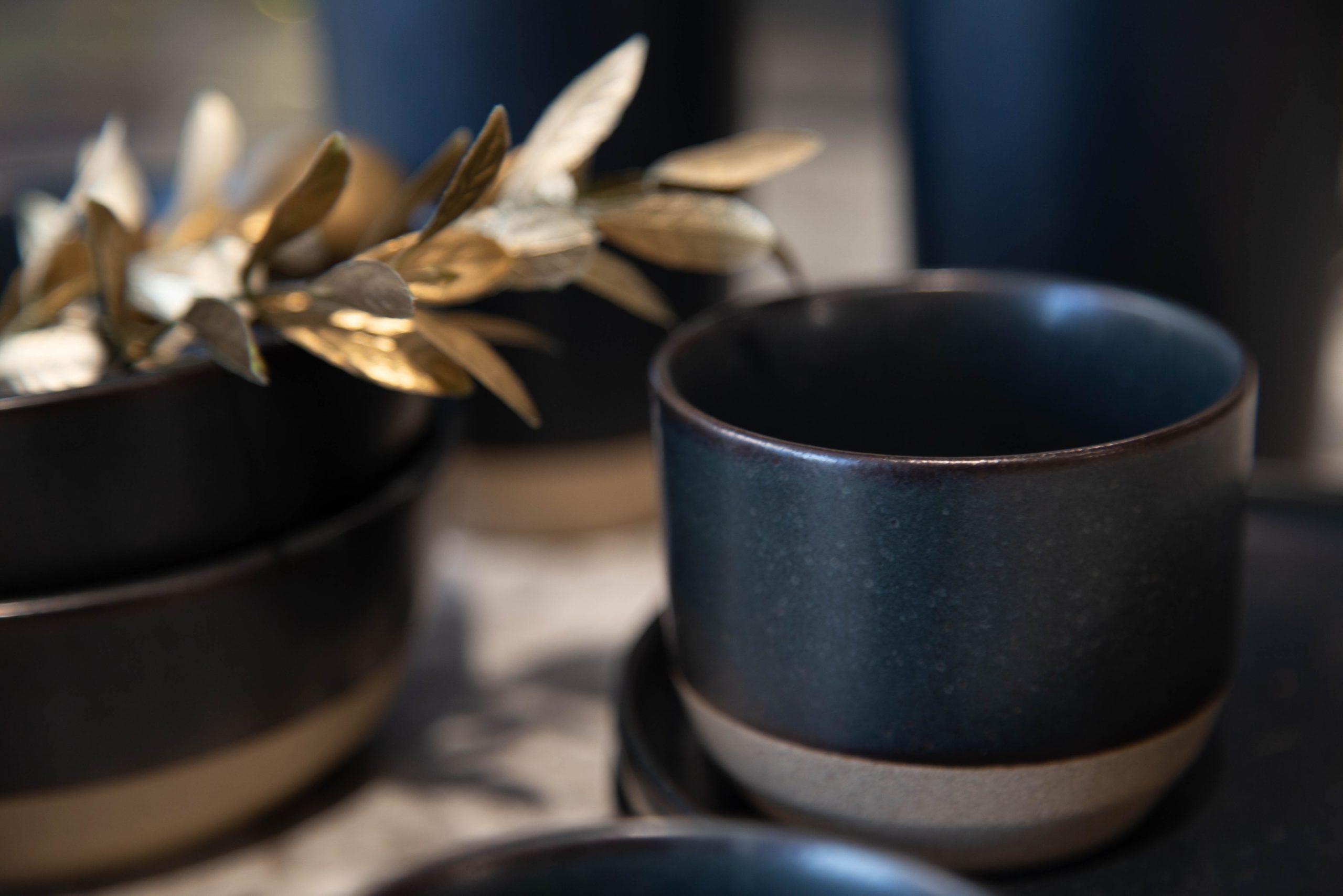 Platos para decorar la mesa de Navidad con hojas doradas