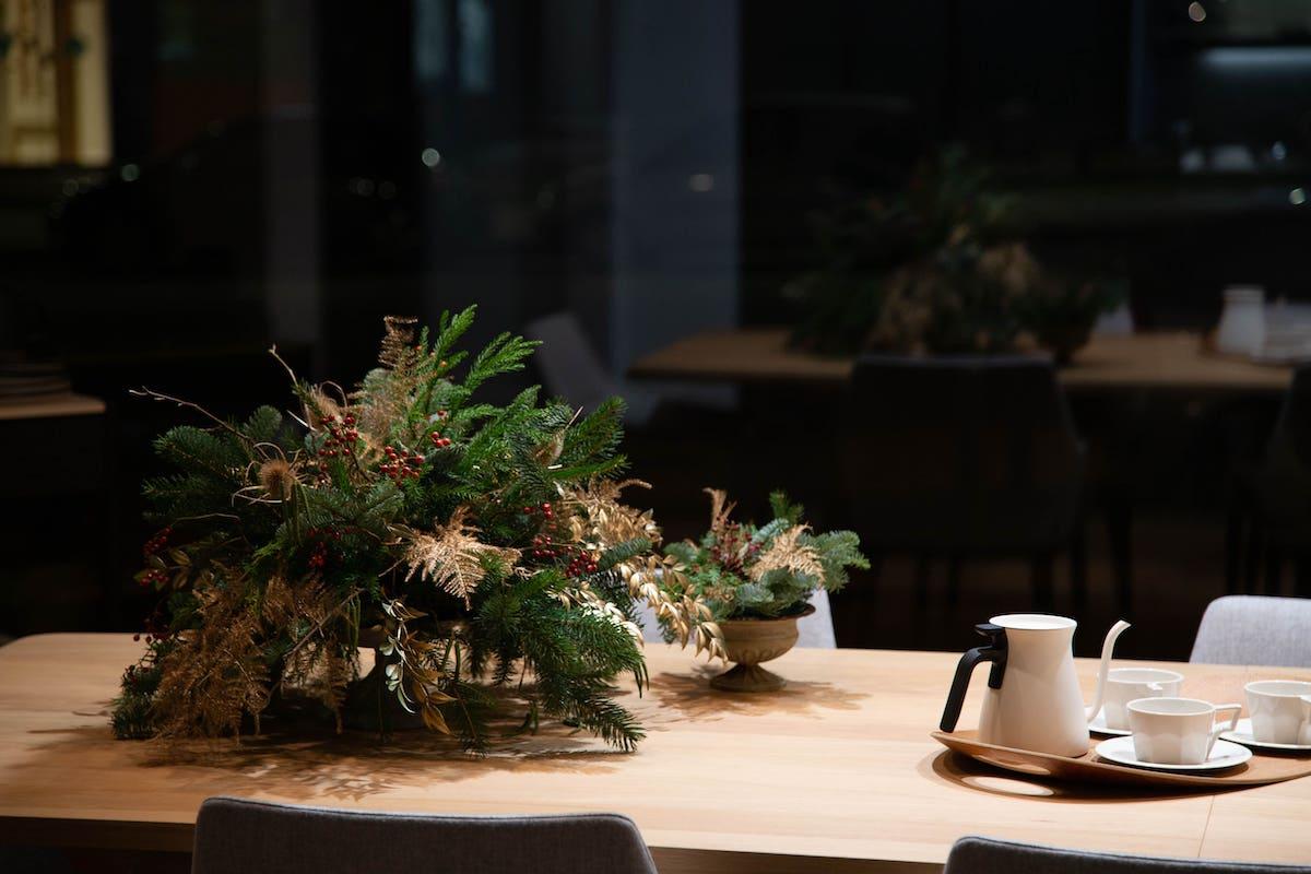 Vajilla marca Kinto y centro de mesa de Navidad
