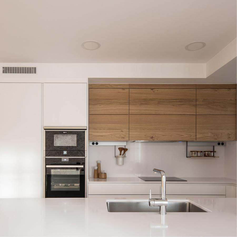Cocina blanca en roble. Detalle península. Santiago Interiores