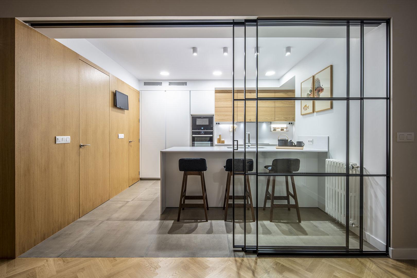 Una cocina cálida y funcional. Santiago Interiores