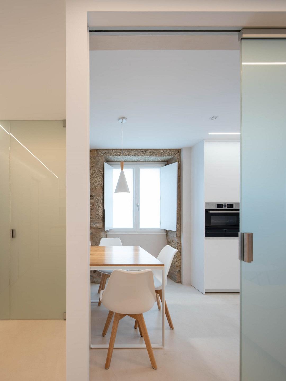 Cocina pequeña con encanto y mobiliario en madera Santiago Interiores
