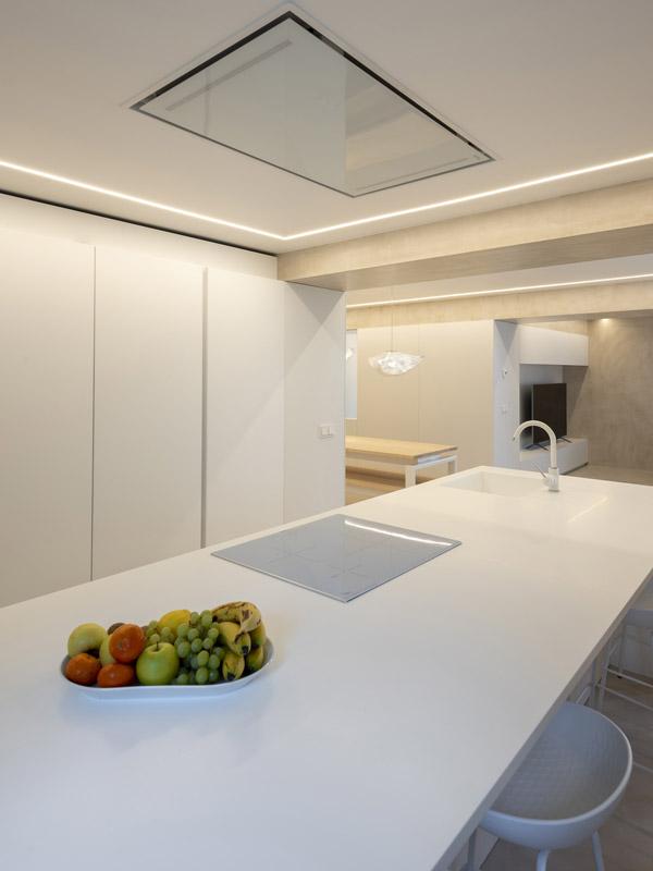 Cocina blanca con isla, grifo y vitrocerámica. Santiago