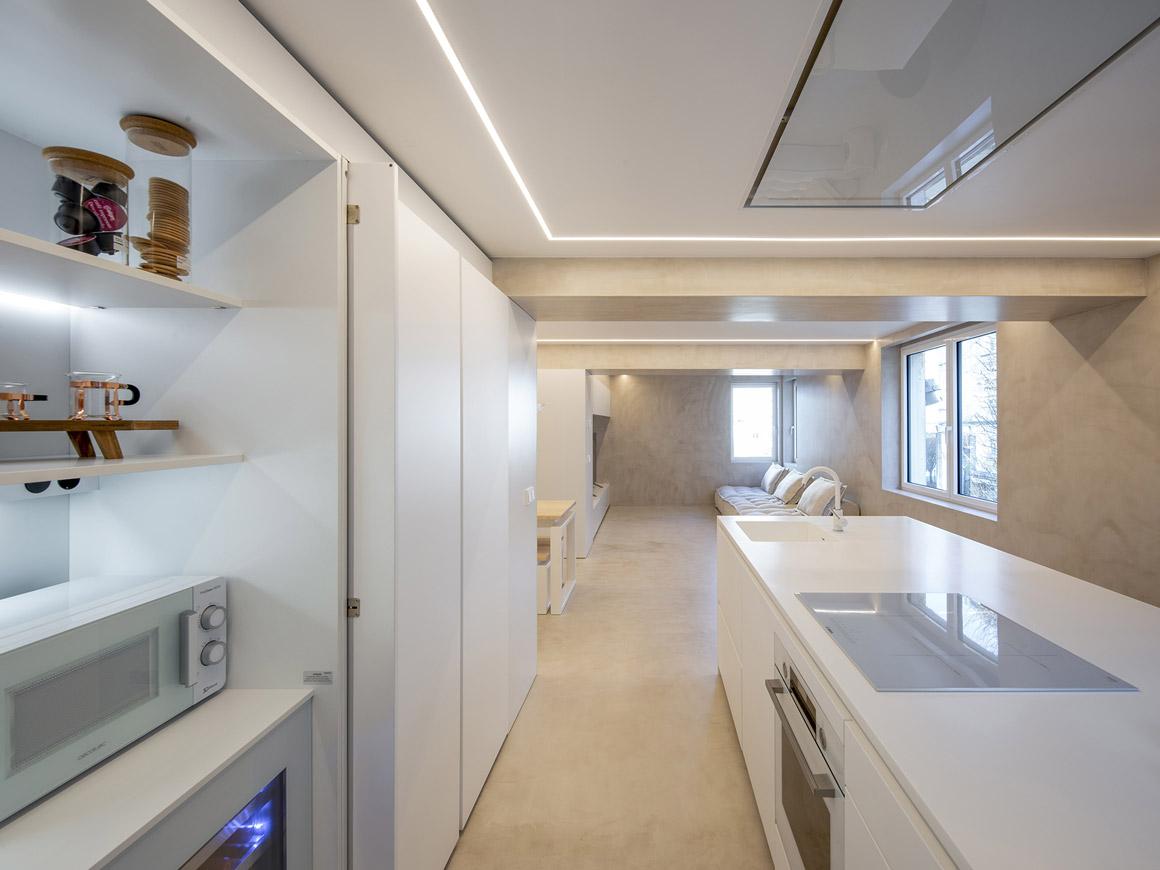 Cocina blanca con isla en paralelo. Santiago Interiores