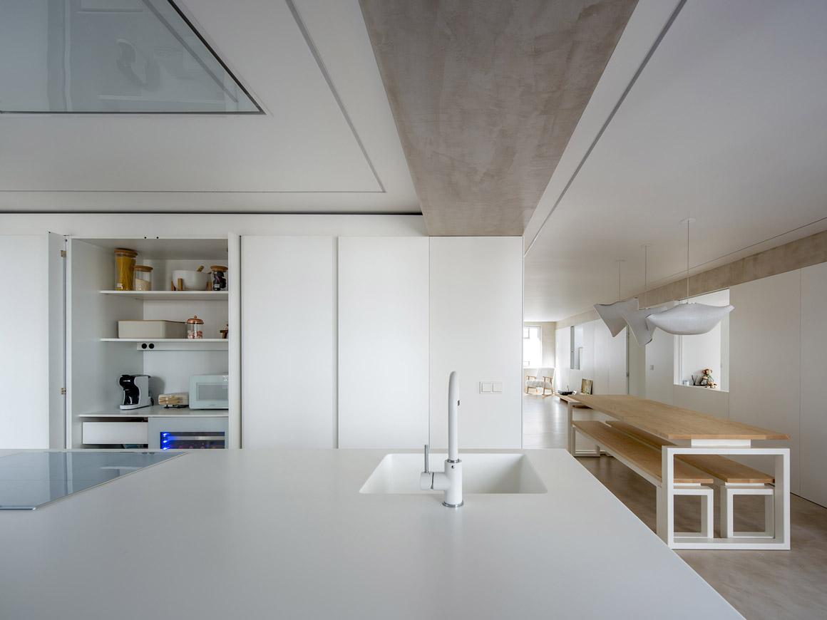 Cocina blanca con isla. Grifo y armarios. Santiago Interiores