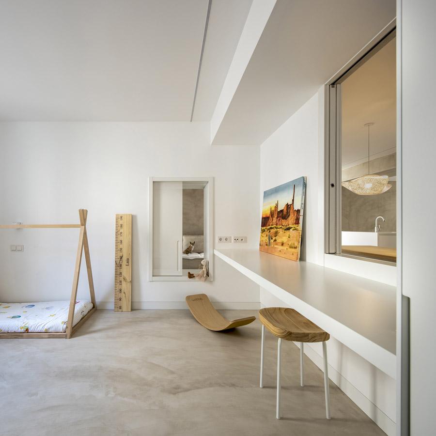 Cocina blanca con isla. Espacios conectados con la casa. Santiago Interiores