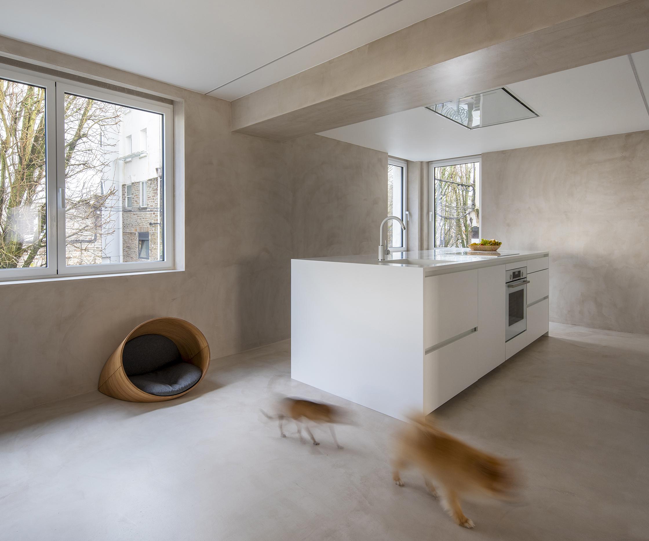 Cocina blanca con isla. Santiago Interiores. Nido_house