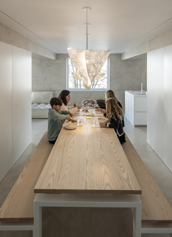 Cocina blanca con isla Santiago Interiores. Mesa