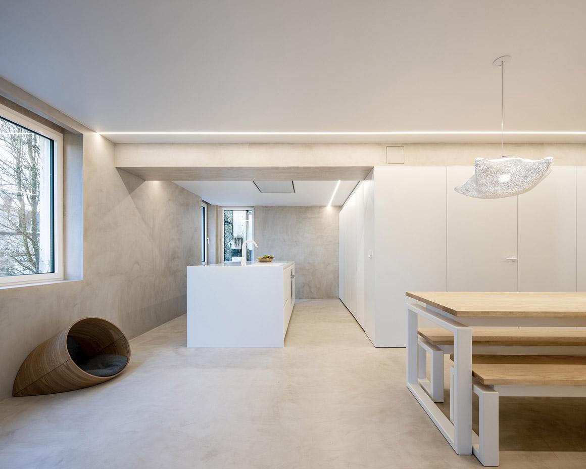 Cocina blanca con isla. Mesa y Bancos. Santiago Interiores