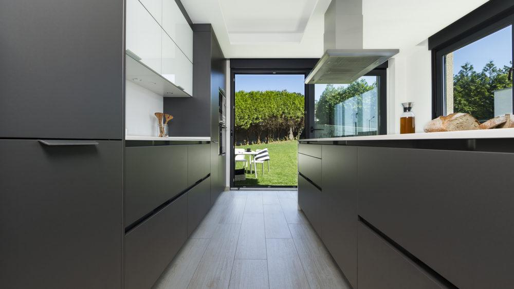 Cocina blanca y gris Santiago Interiores