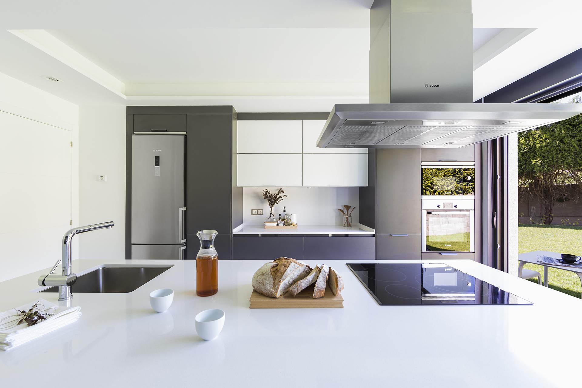 Cociña gris con mesado branco Santiago Interiores