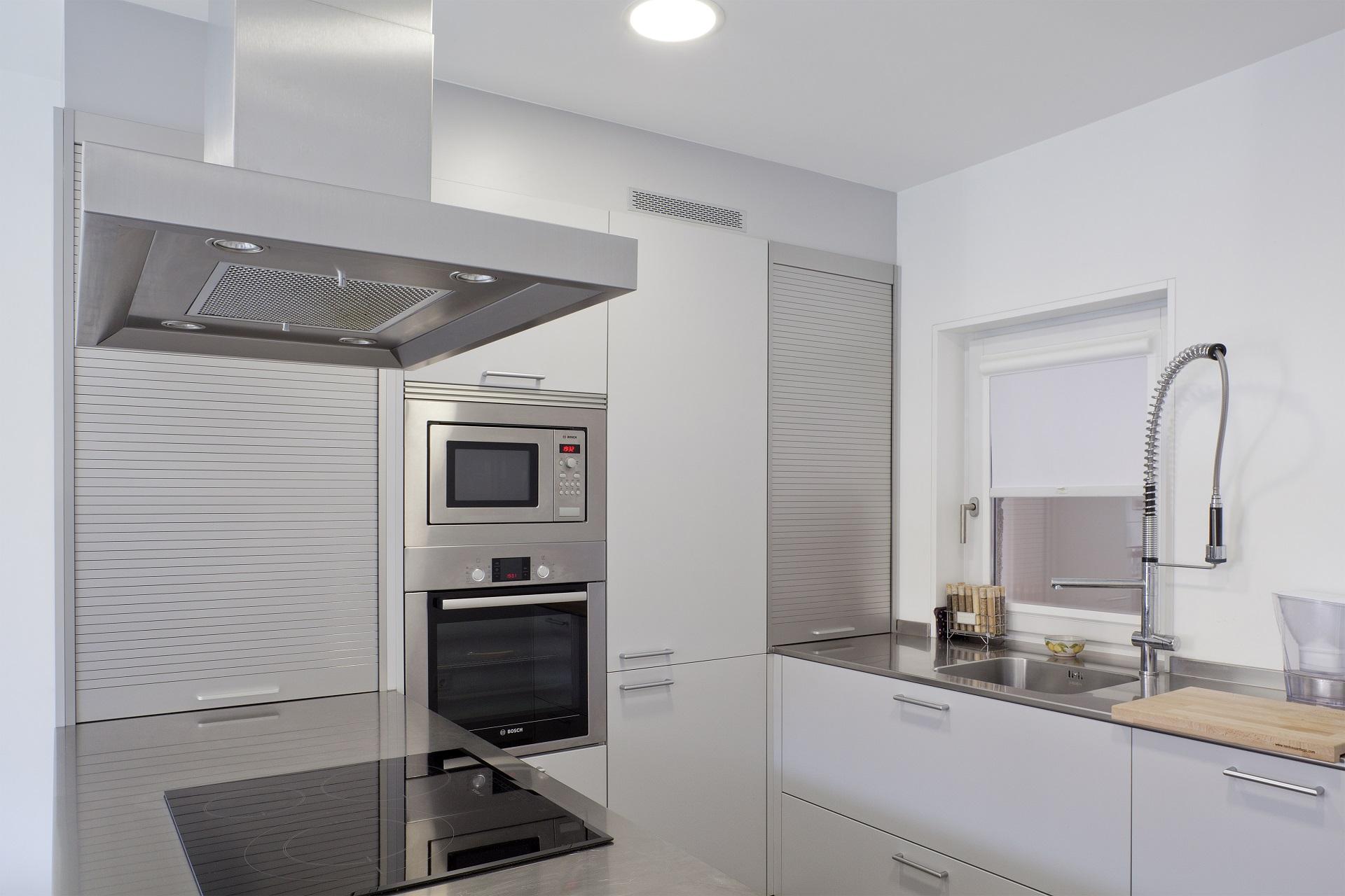 Cociña mobles brancos e mesado gris Santiago Interiores