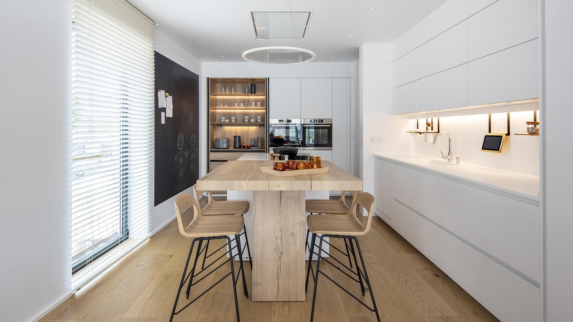 Cocina Abierta Blanca con Isla. Santiago Interiores