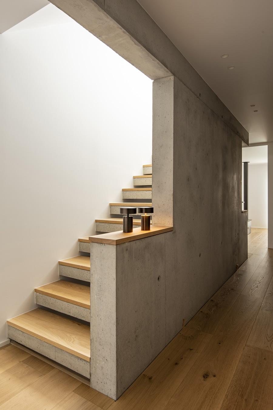 Cocina abierta. Subida de Escaleras. Santiago Interiores