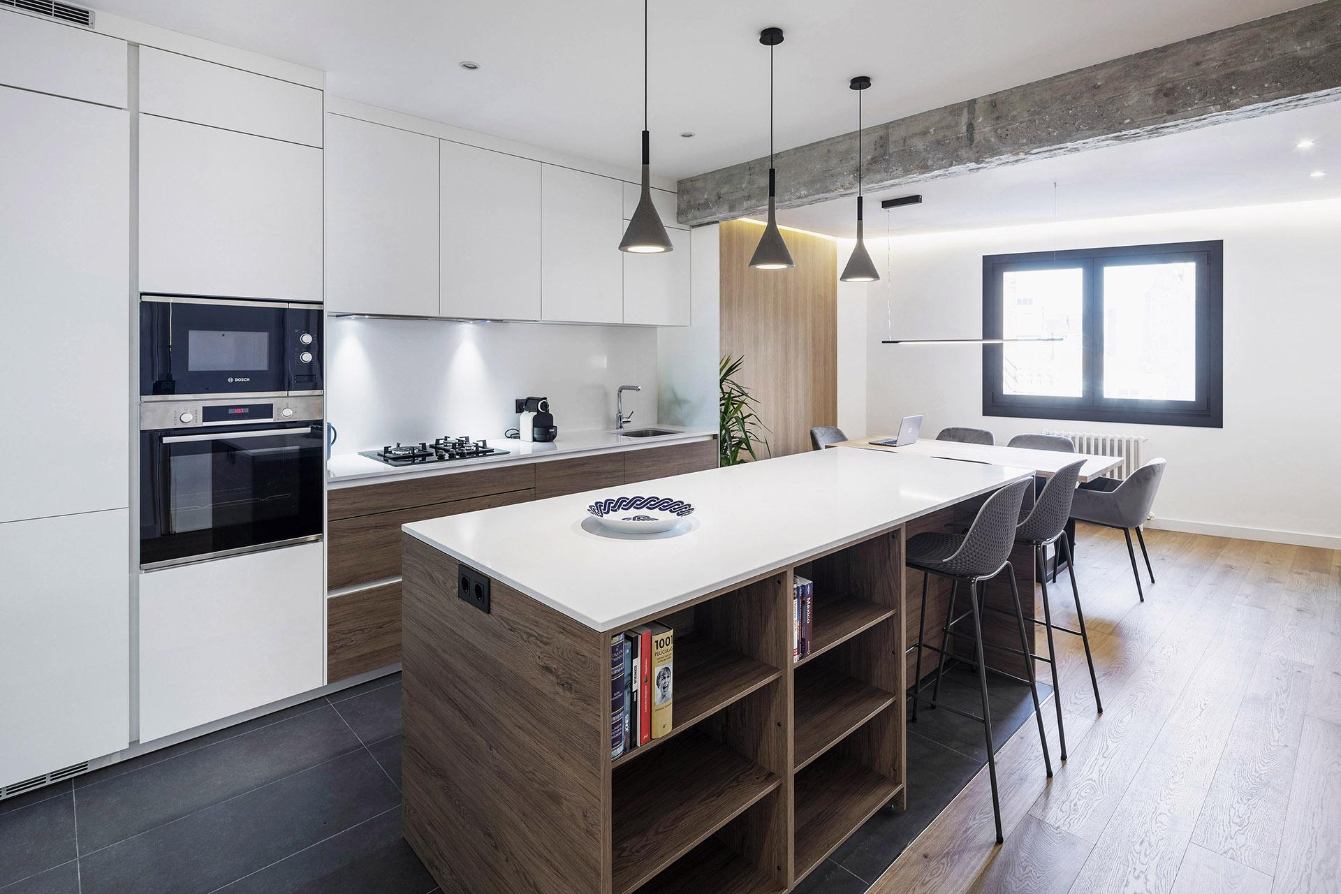 Cocina con isla de madera Santiago Interiores