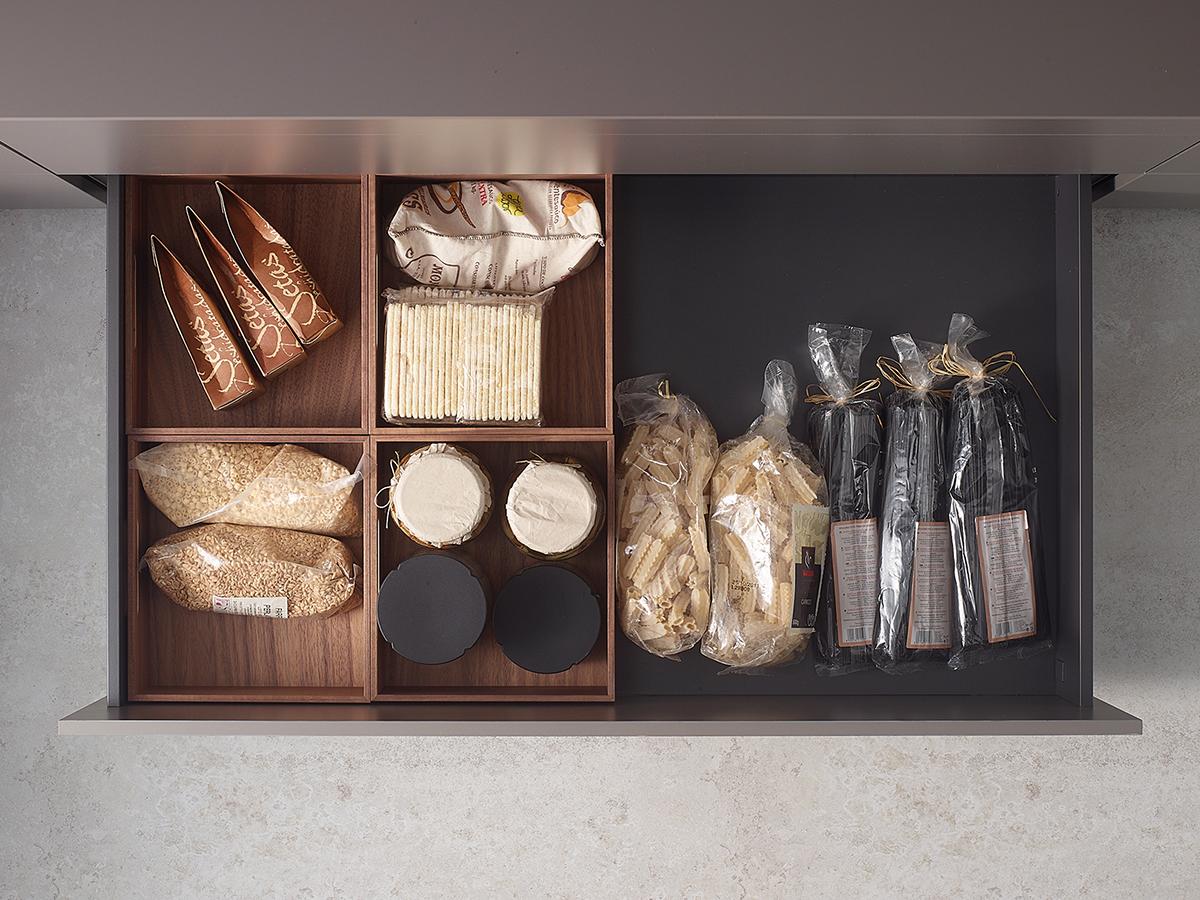 Cajones contenedores extraíbles para organizar una cocina pequeña