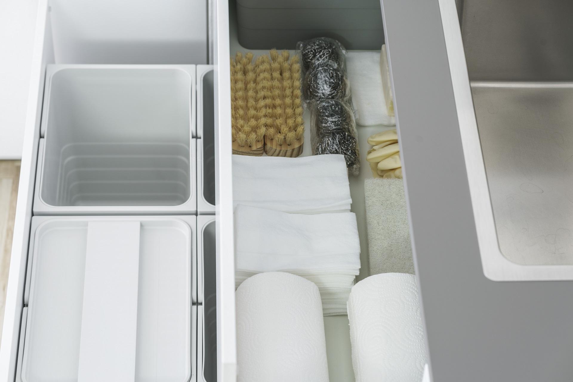 Organizador de productos de limpieza en cocina pequeña